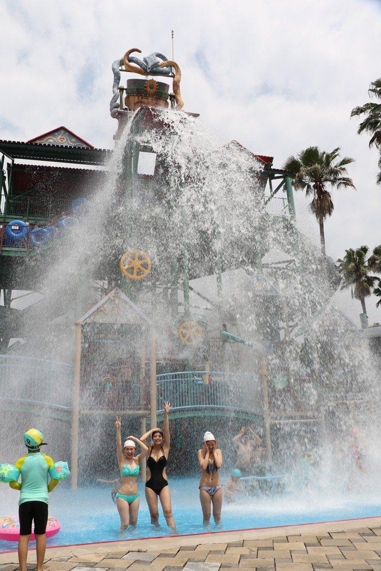 傾瀉1800公升巨瀑的互動式親水城堡「阿酋彎」。圖/麗寶樂園提供