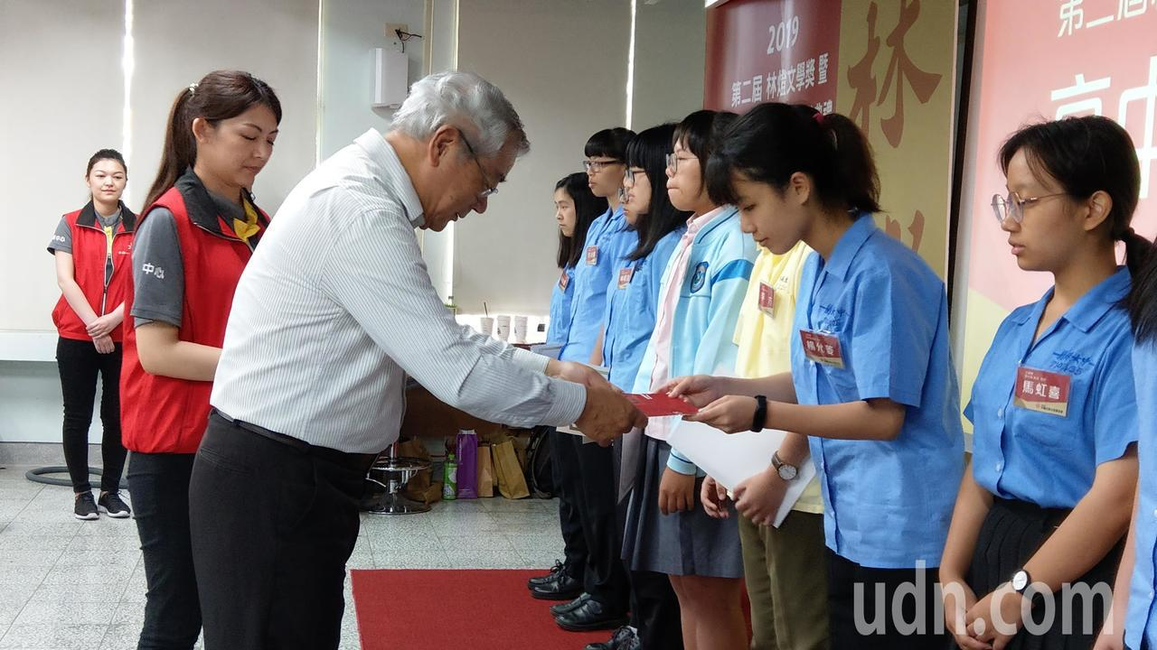 林燈文教基金會回鄉故鄉贈獎助學金,30年發出1360萬元,鼓勵孩子學習向上。 記...