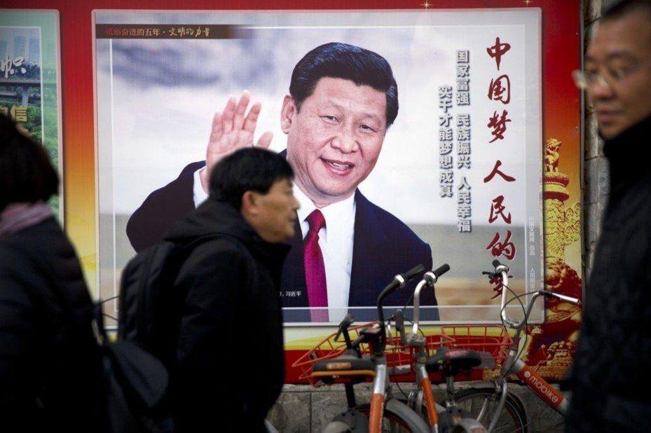 北京街頭可見中共國家主席習近平宣傳看板。 美聯社
