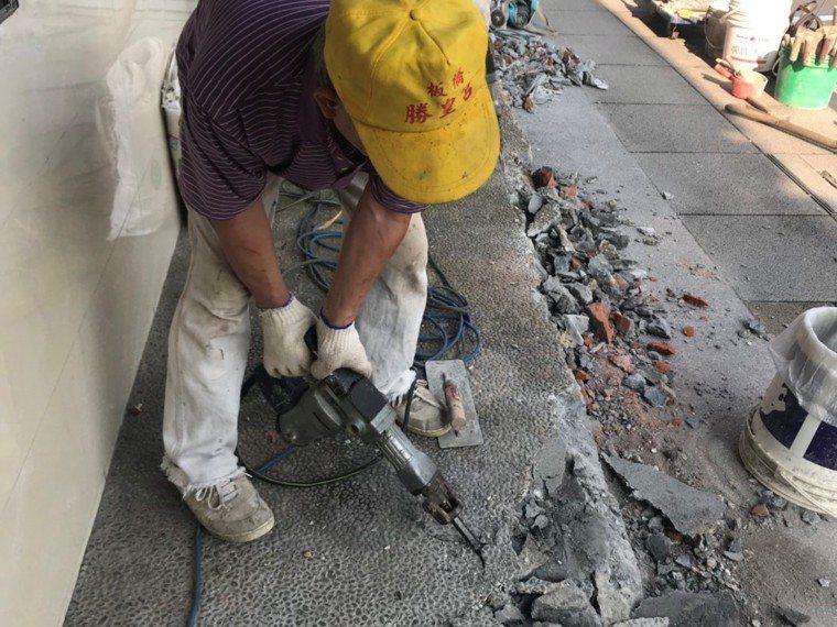 台北市私立慈安老人長期照顧中心今年初打掉門檻刷新漆,就是為了能在窗邊設置「慢漫等...