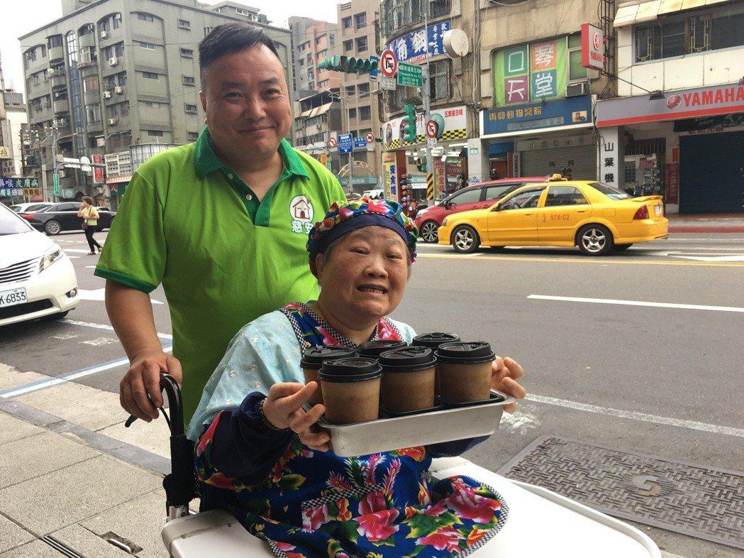 阿嬤要求服務員推著輪椅帶她主動出擊,「外送」咖啡到附近的派出所、花市及店家等。 ...