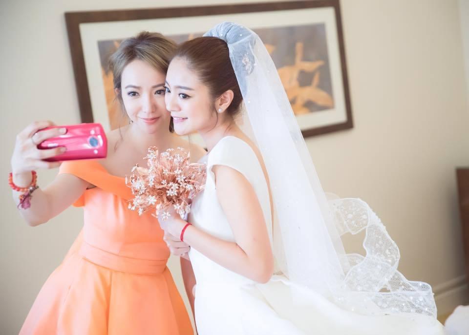 Linda(左)2年前擔任安以軒的伴娘。圖/摘自臉書