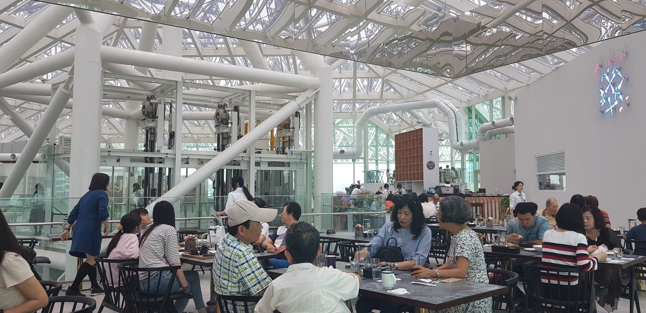台南最近超夯的用餐地點是美術館內的「美.食光」,可享用英式烤牛肉。記者修瑞瑩/攝...