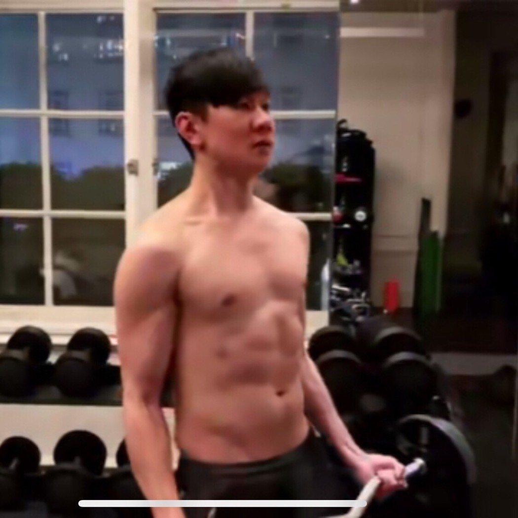 林俊傑兌現承諾脫衣秀身材。圖/摘自微博