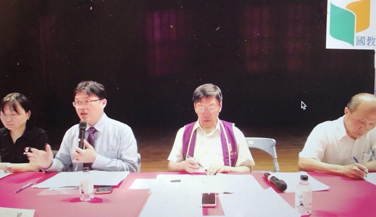 國教行動聯盟今天舉行大學入學制度學習歷程檔案座談會,教育部高教司長朱俊彰(左二)...