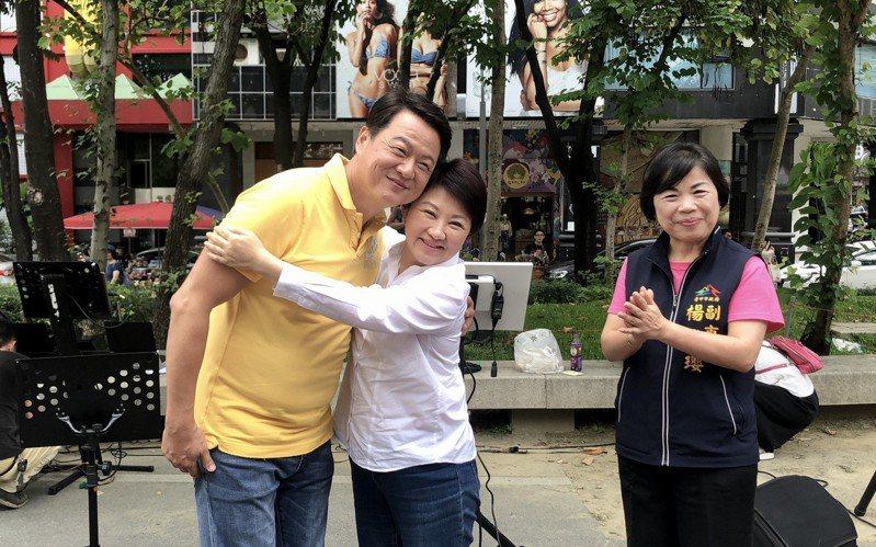 「虎哥」前台北縣長周錫瑋(左一)走唱到草悟道,台中市長盧秀燕與楊瓊瓔到場加油。圖/周錫瑋提供
