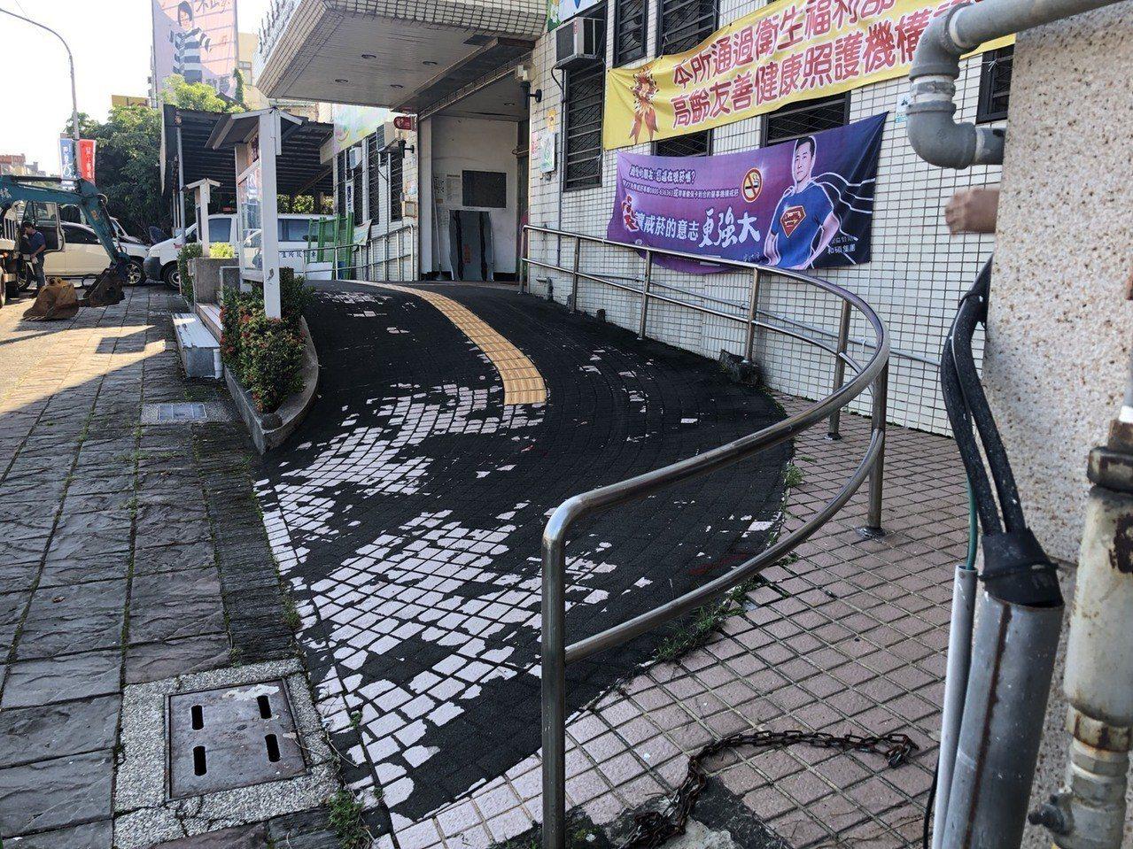 嘉義市東區衛生所整修之前,地磚剝落嚴重。 圖/林唐逵提供