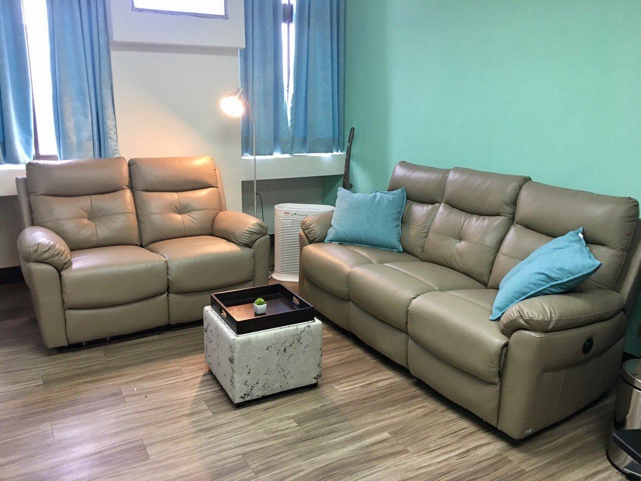 嘉義市東居衛生所成立家庭照顧者支持中心,不只設有照顧者按摩室,旁邊的小客廳則設計...