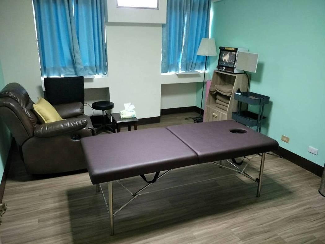 嘉義市東區衛生所成立家庭照顧者支持中心,四樓還設隱密性高的按摩室,在醫師評估照顧...