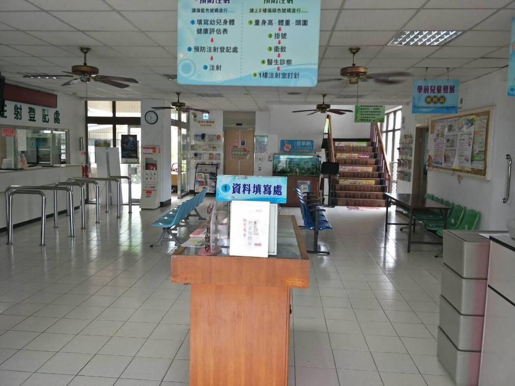 嘉義市東區衛生所整修之前,一樓候診區生硬沒有溫度。 圖/林唐逵提供