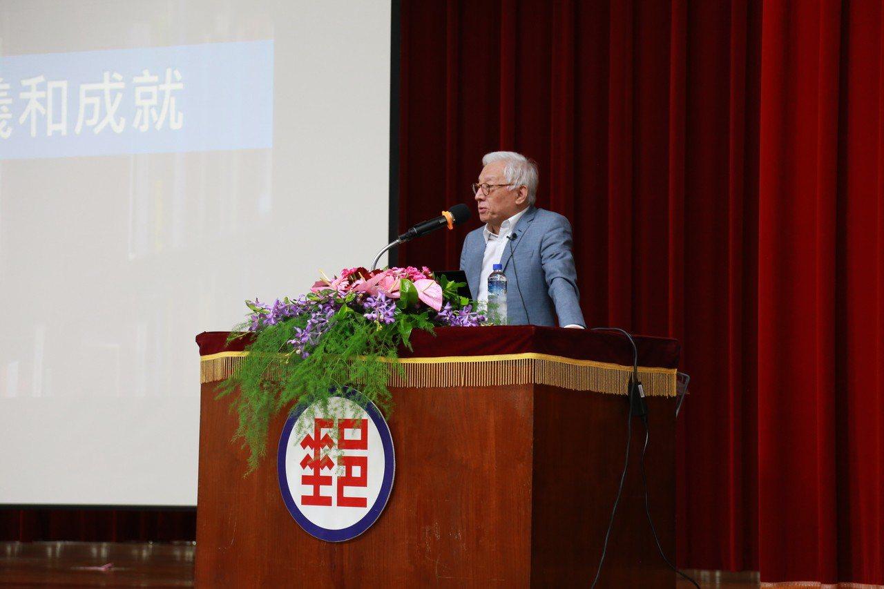 交大管研所第一屆校友的聯電創辦人暨榮譽董事長曹興誠返校演講。圖/交大提供