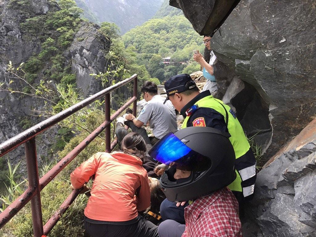 花蓮18日發生6.1規模強震,導致馬來西亞男子被落石壓住下半身,昨晚傷重不治。圖...