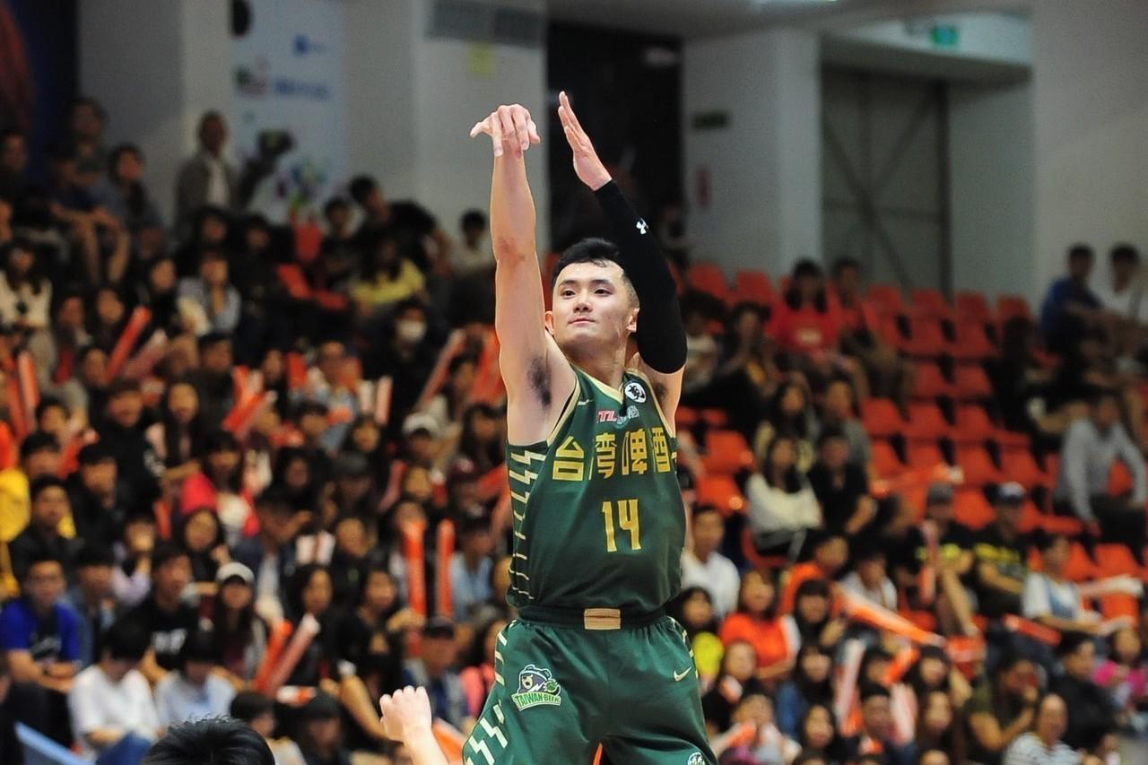 台啤隊蔣淯安(右)拿下全場最高的23分。圖/中華籃球協會提供