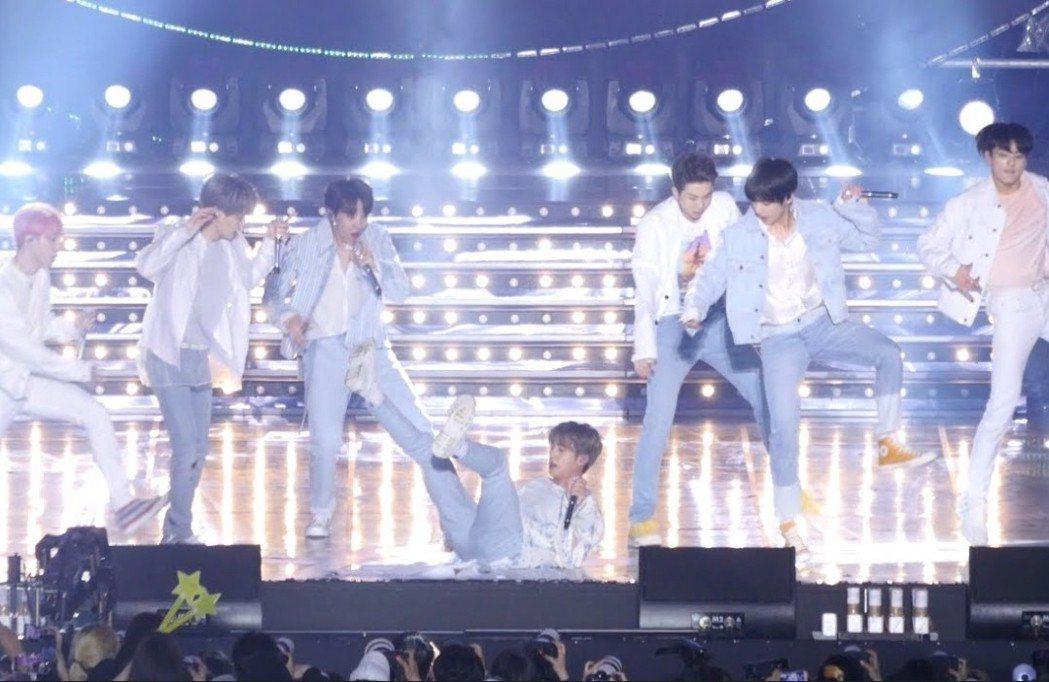 Jin在C位演唱時慘摔,身旁成員們全嚇傻。圖/摘自YouTube