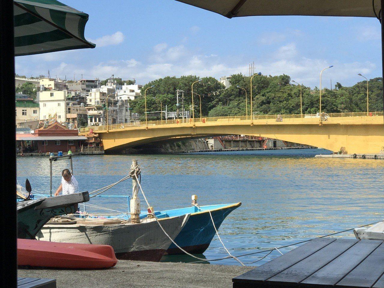 和平島和基隆陸地,隔著不寬的八尺門水道,形成天然良港。記者吳淑君/攝影