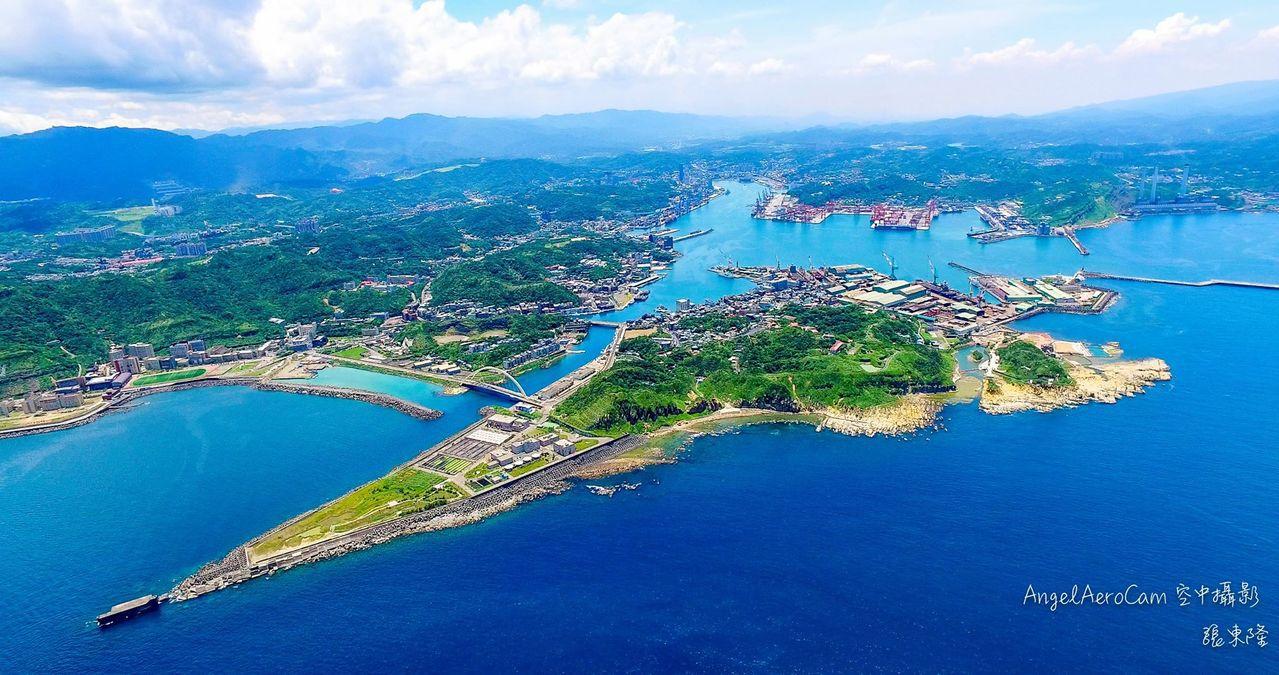 和平島和基隆陸地,隔著不寬的八尺門水道,形成天然良港。圖/空中攝影張東隆提供
