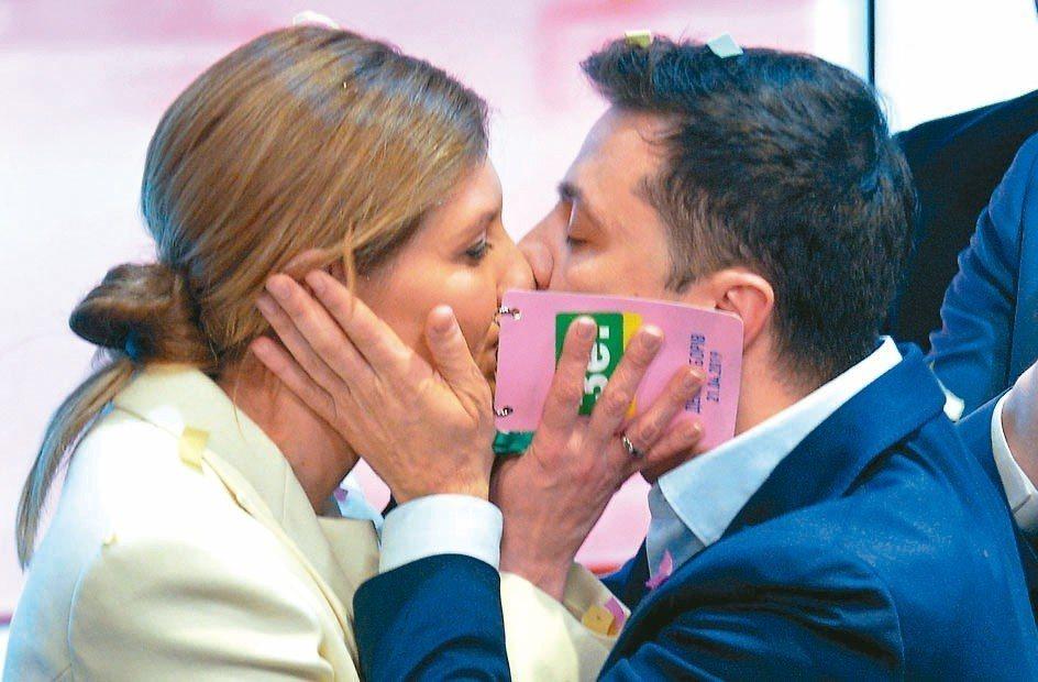 烏克蘭新總統澤倫斯基勝選後,與妻子熱吻。 路透