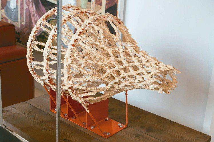 日本藝術家金氏徹平設計的籃球架。 陳立凱/攝影