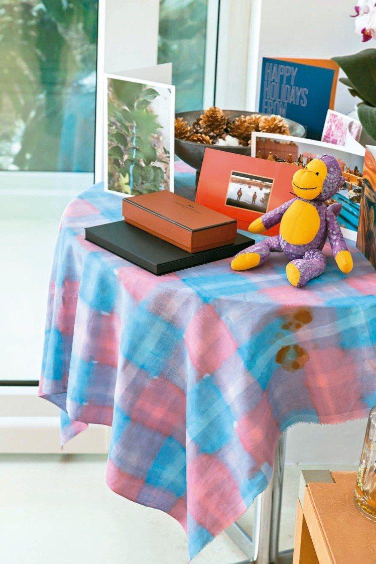 香港藝術家李傑早期設計的桌巾如今仍為曾文泉使用。 陳立凱/攝影