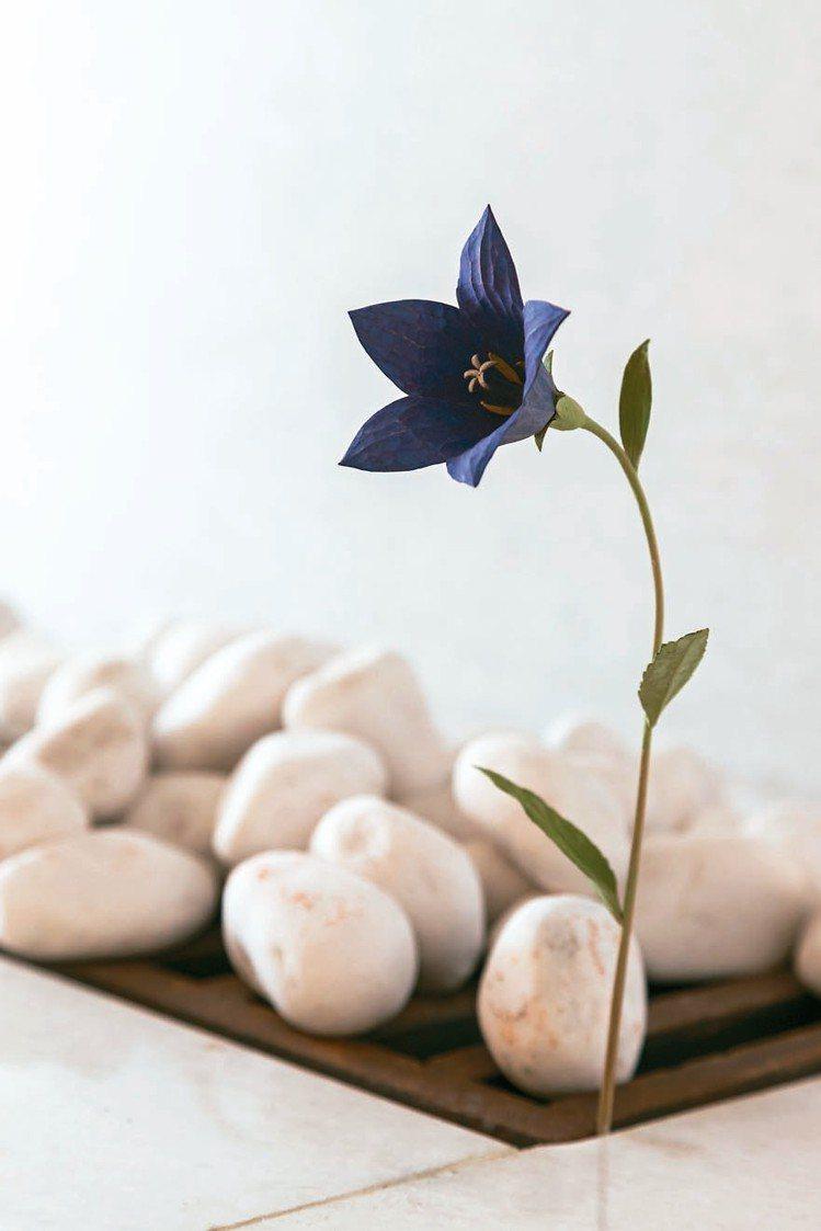 日本藝術家須田悅弘以木頭雕刻的桔梗花。 陳立凱/攝影