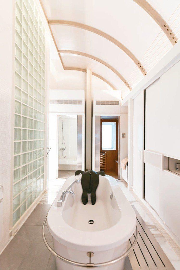 曾文泉將藝術家栗林隆設計的海獅擺放於浴缸邊,相當俏皮。 陳立凱/攝影