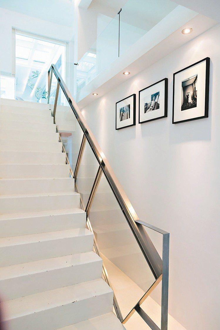 樓梯邊是荒木經惟極早期的攝影作品。 陳立凱/攝影