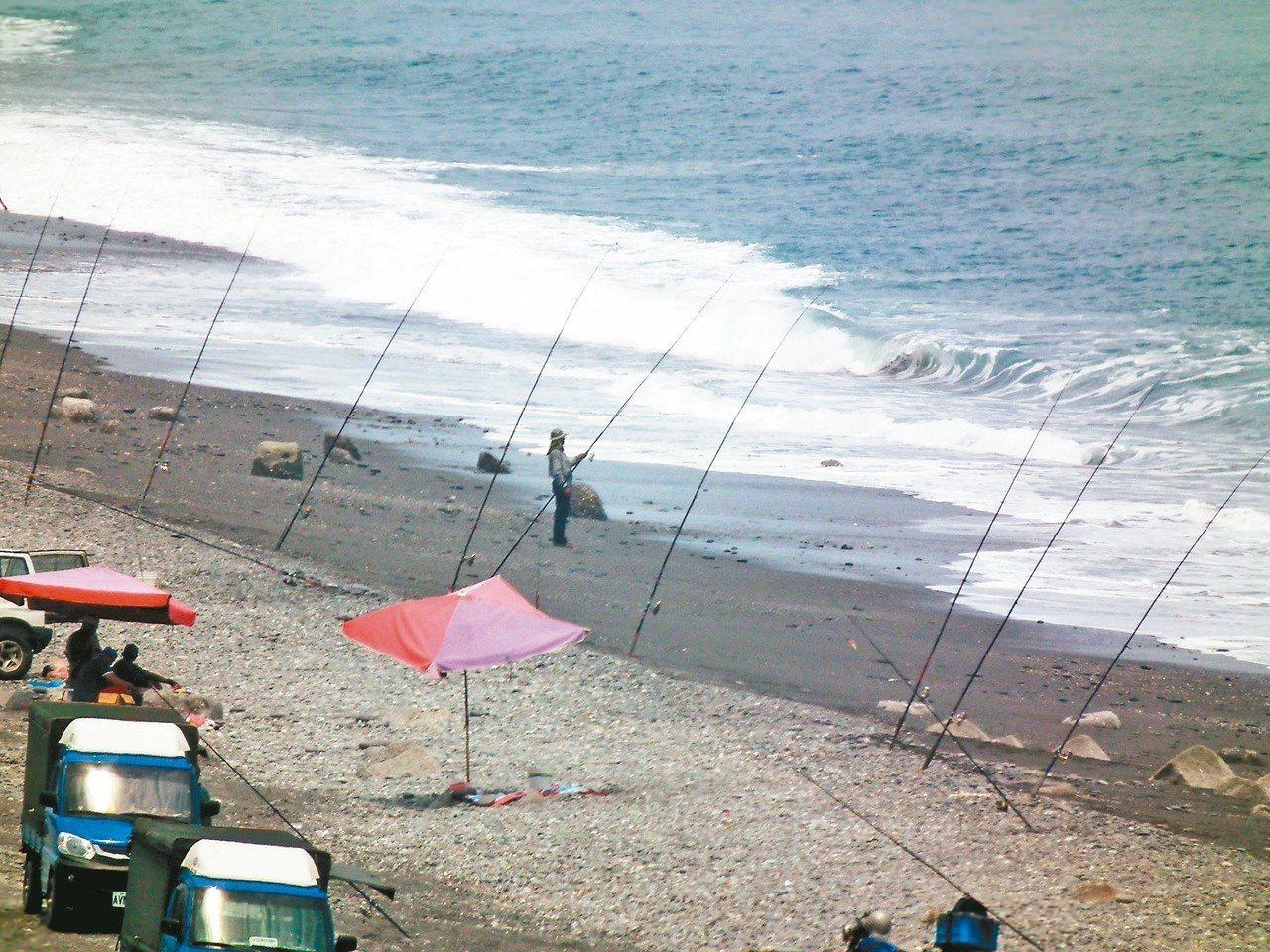 太麻里新香蘭海邊,車輛、釣竿一字排開,場景非常壯觀。 記者尤聰光/攝影