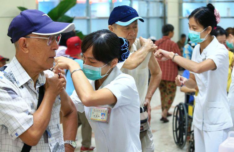 流感和肺炎疫苗同時施打,可降低七成肺炎機率。 圖/聯合報系資料照片