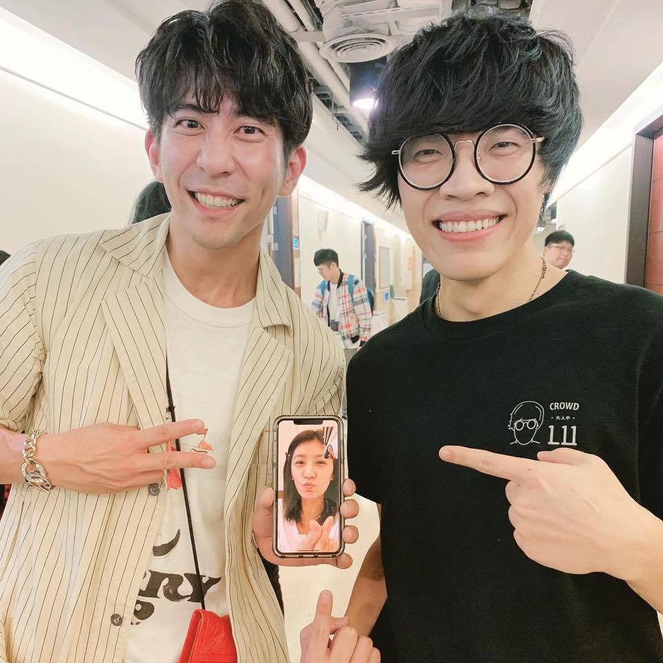 修杰楷(左)幫賈靜雯圓夢與盧廣仲合照。圖/摘自臉書