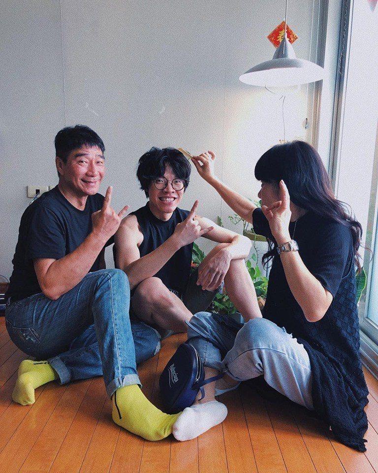 盧廣仲(中)特地發文感謝父母的照料。圖/摘自臉書