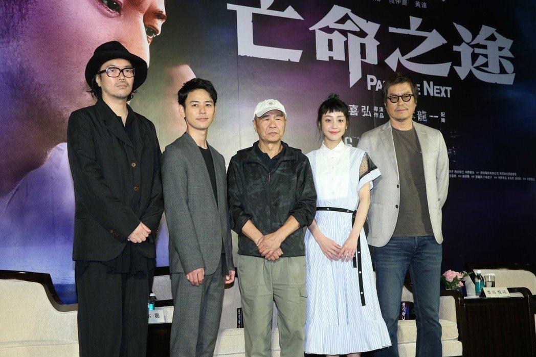 《亡命之途》舉辦宣傳記者會 ,導演半野喜弘(左一)、演員妻夫木聰(左二)、豐川悅