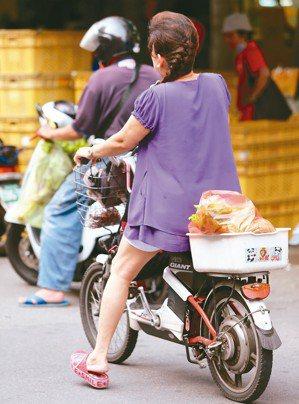 立法院交通委員會今天初審通過,未來騎電動自行車一定要戴安全帽,未戴者處300元罰...