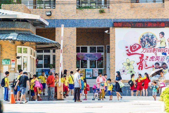不少家長望子成龍,昇樺喜閱旁就是迴龍國中小,是當地知名學區,書香氣息濃厚。 ...