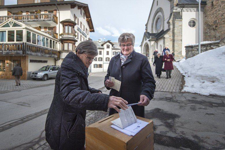 「公投大國」的瑞士,因相對單純的中立國身分,讓批評者認為並非每個國家都適用瑞士的直接民主制度。圖為2017年瑞士公投,該年度共發起3次公投。 圖/歐新社