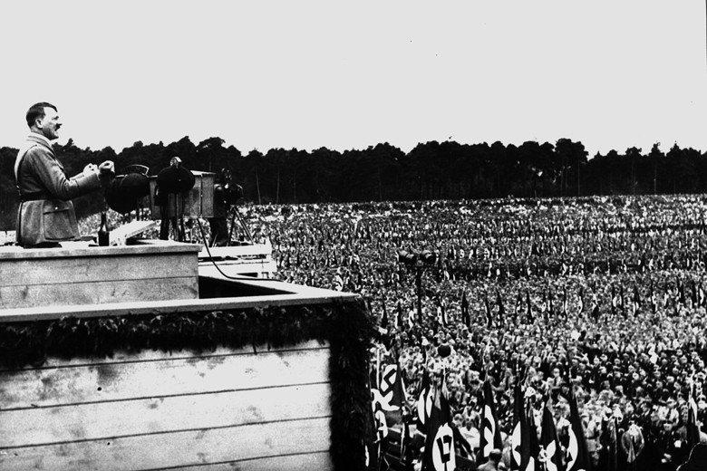 回顧歷史,納粹與義大利法西斯的歷史教訓仍與直接民主脫不了關係,因而反對者認為公投是宣傳煽動盲從者的工具。圖為1933年納粹黨舉辦的紐倫堡黨代會,希特勒正在台上進行激昂演說。 圖/美聯社