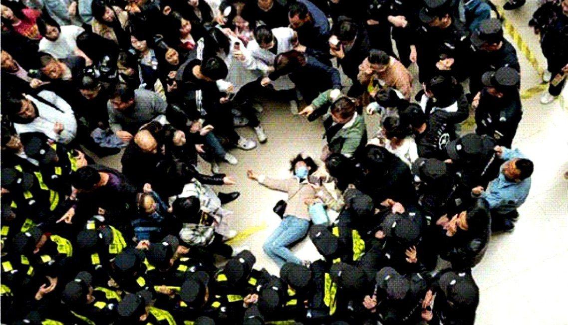 圖為現場流出的26日南京應用技術學校衝突事件影像截圖,一名前往學校抗議的女子被打...