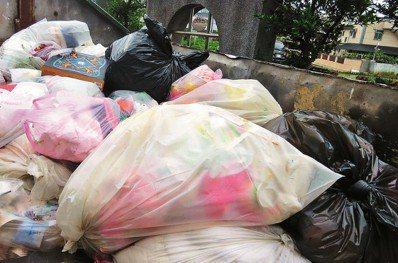 台灣人愛使用塑膠袋,回收卻有問題。圖/報系資料照