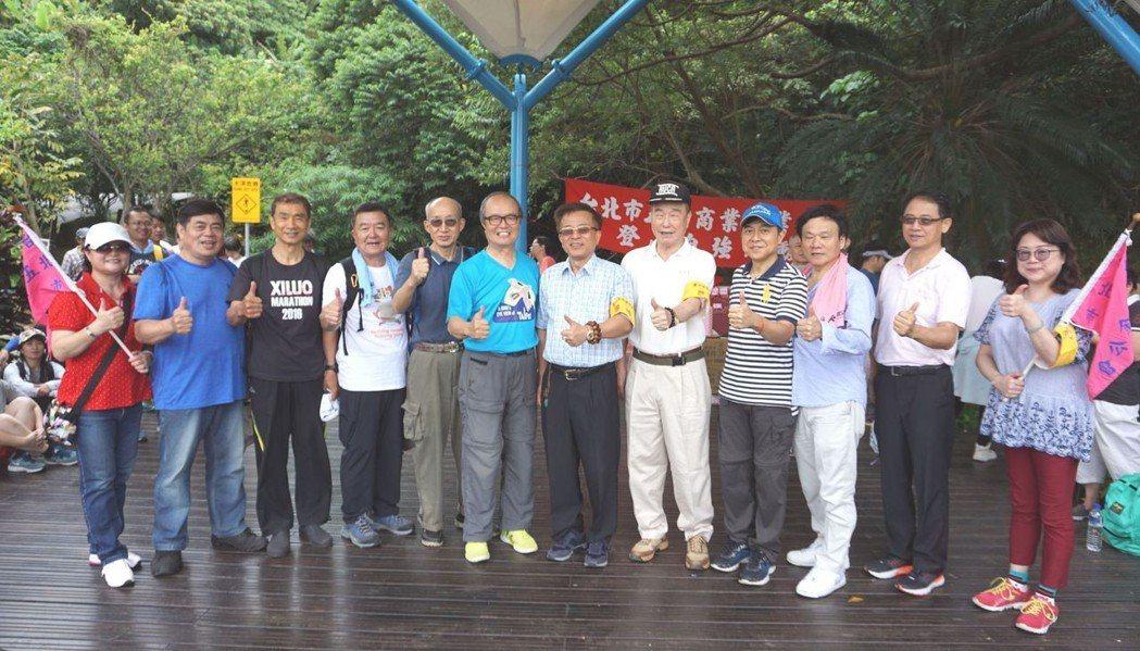 台北市五金公會理事長郭明欽(右六)與理監事合影。 金萊萊/攝影