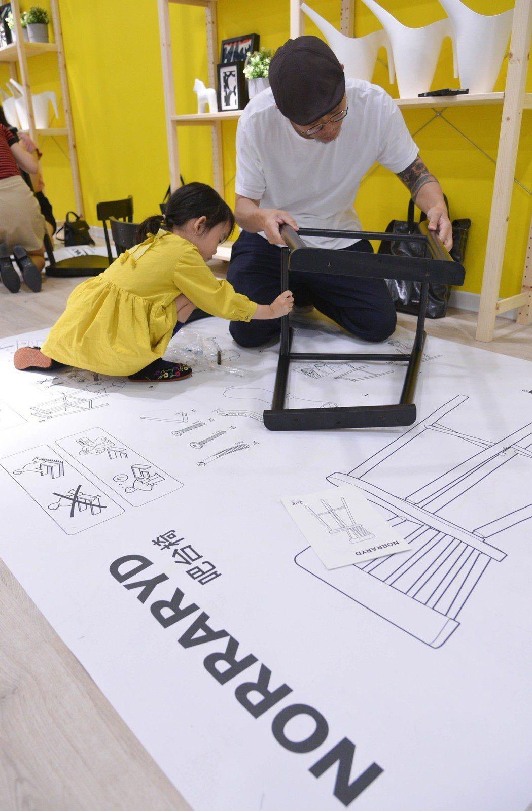 粉絲們親手組裝NORRARYD吧台椅,在IKEA新店店刻劃美好回憶。 IKEA ...