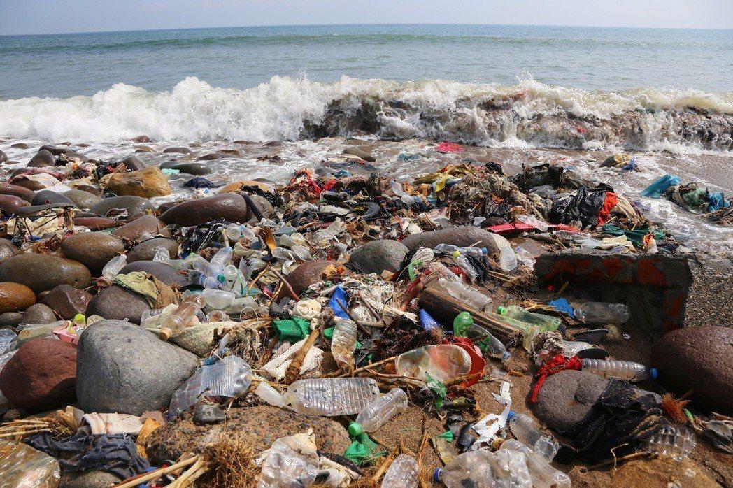 海岸驚人的垃圾量,讓黃之揚與兩位夥伴展開環島淨灘行動。(Re-think/提供)