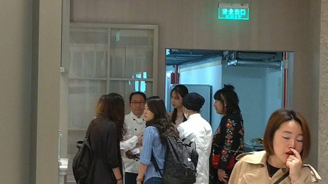 左二穿白衣者是吳寶春。特派記者林宸誼/攝影