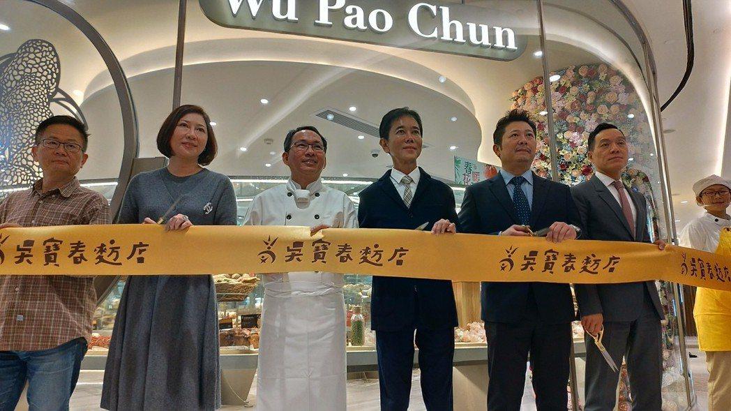 吳寶春(左三)出席上海第二家吳寶春麥坊開幕剪綵。特派記者林宸誼/攝影
