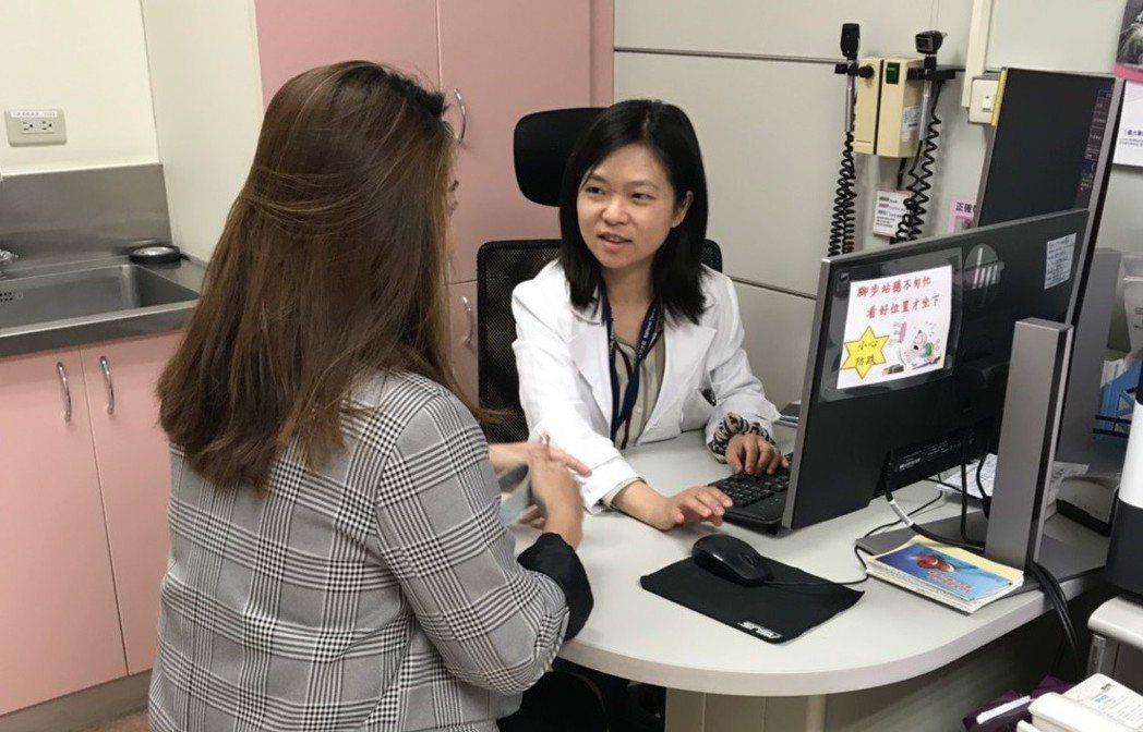 醫師提醒老人家若步態不穩、手腳發麻、記憶或情緒改變時,應盡早就醫檢查。圖/台大醫...