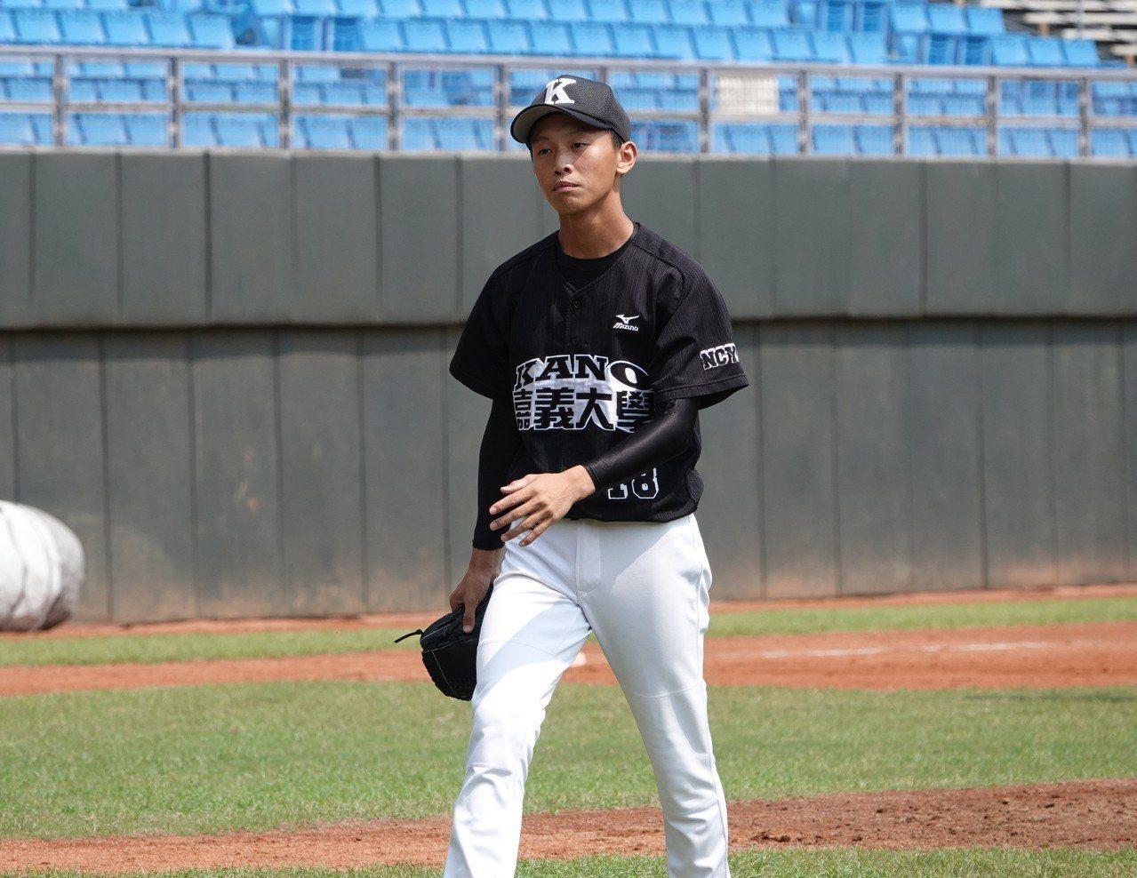 嘉義市投手徐嘉韋中繼4局拿下勝投。記者毛琬婷/攝影