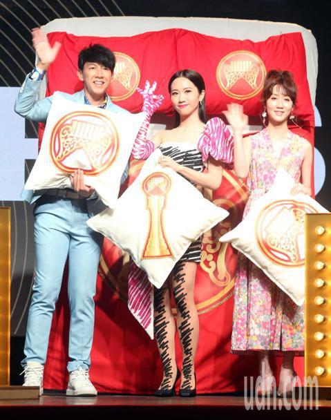 第30屆金曲獎頒獎典禮主持人今天公布,Lulu黃路梓茵獨挑大樑主持頒獎典禮,接棒蕭敬騰成為今年的金曲主持人。Dennis(左)和瑪麗(右)則搭配主持星光大道。