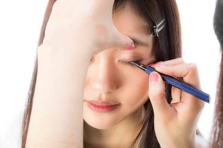 眼唇卸妝液是必備的!圖/摘自pakutaso