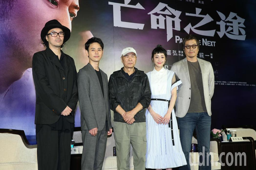 《亡命之途》下午舉辦宣傳記者會 ,導演半野喜弘(左一)、演員妻夫木聰(左二)、豐...