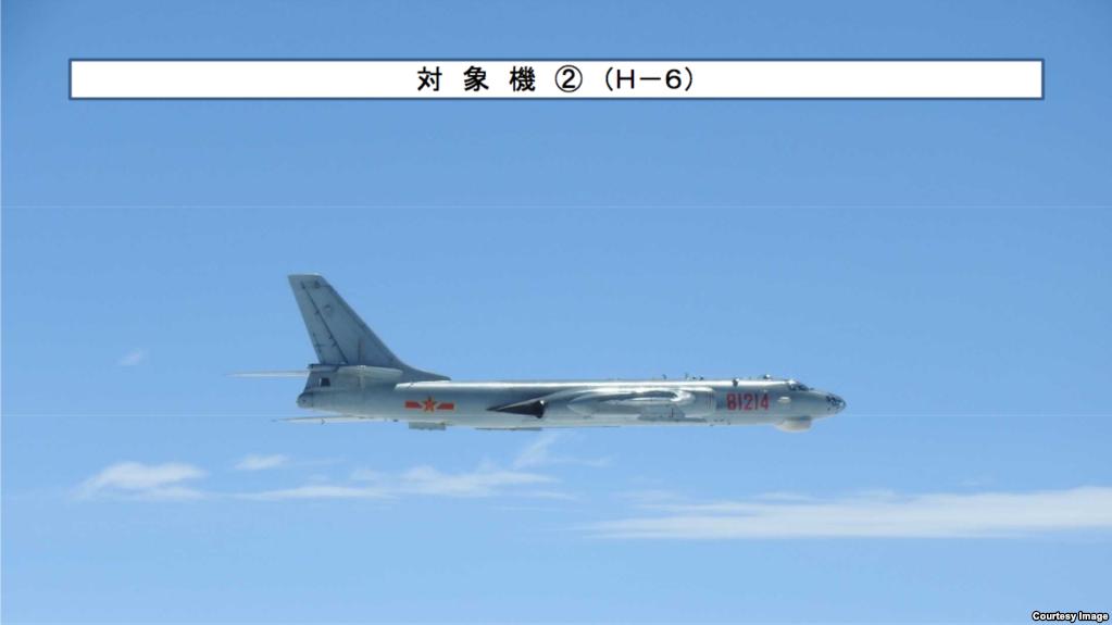 2019年4月飛越宮古海峽的中共海軍轟-6轟炸機。(日本防衛省統合幕僚監部)
