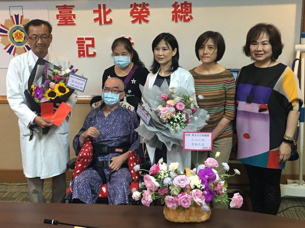 北榮召開記者會,邀請接受過顱外磁刺激術的中風患者王先生(左二)和吳小姐(右二)出...