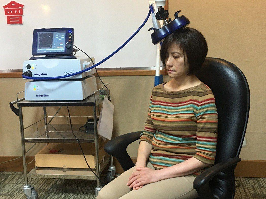 55歲吳小姐(圖中為當事人)因中風導致右邊身體無知覺、手部癱瘓,但在接受神經調控...